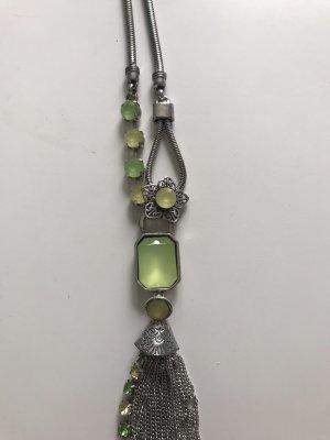 Modische Kette mit grünen Steinen