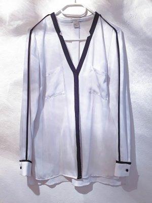 modische, weiße, fließende Hemd-Bluse mit schwarzen Details