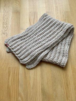 Modischer Grobstrick-Schal