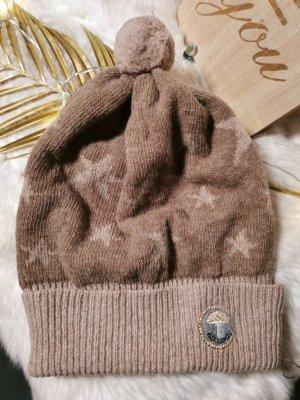 Adelheid Cappello a maglia marrone chiaro