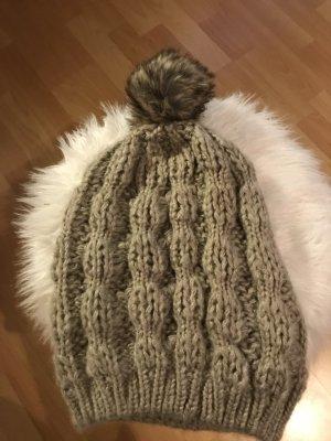 Gina Cappello a maglia marrone-grigio