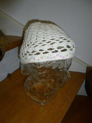 Szydełkowana czapka w kolorze białej wełny