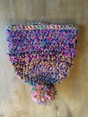 Selbstgehäkelter Bonnet en crochet multicolore
