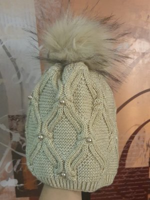 Mütze mit Pommel und Perlen