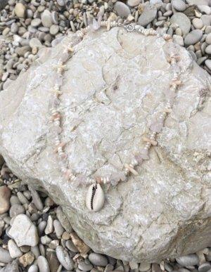 The smoun Collar de conchas crema-rosa claro