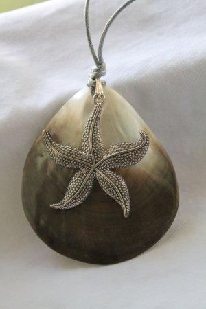 Collier de coquillages beige-argenté