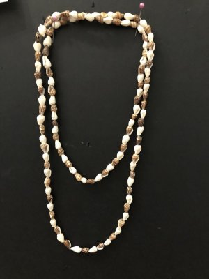 Collier de coquillages blanc-brun