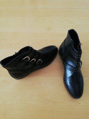 Nagelneue Nieten-Boots