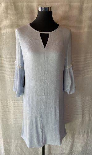 Nagelneues hellblaues Kleid