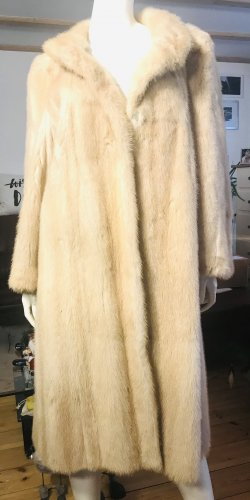 Futrzany płaszcz kremowy