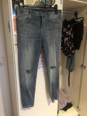 Neue Jeans mit Stickerei am Knie