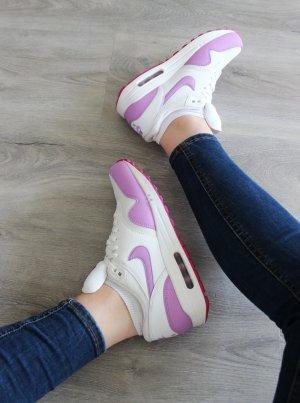 • Neue Nike Sneaker