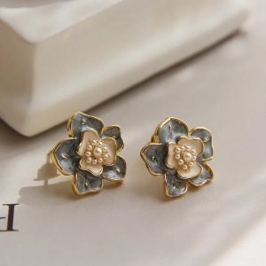 Lily Ear stud gold-colored