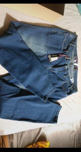 Neue ungetragene Hose mit Etikett