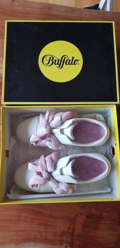 Neue weiße Plateau-Sneaker mit auffälligen rosa Schnürsenkeln