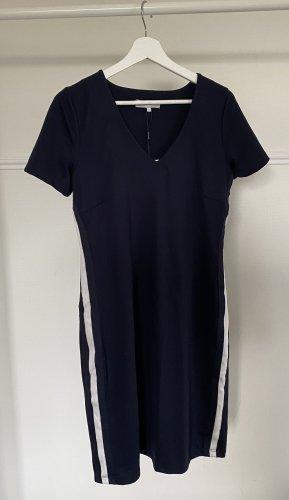 neues schmal geschnittenes Kleid