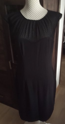 Neues schwarzes Kleid