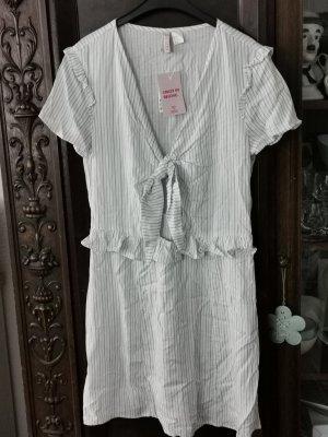 Neues Süßes Kleid in der Größe 42, steht aber 44,fehlt aber kleiner aus.