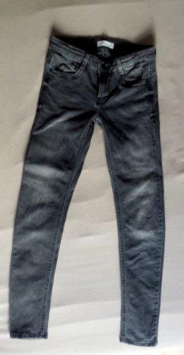 Neuwertige Jeans in grau von ZARA, Gr. 34