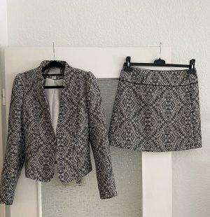 neuwertiges kostüm in grau minirock und blazer