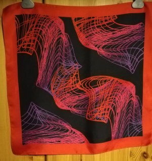 Nickituch in Schwarz mit rotem Rand und Linienmuster in Rot und Lila von Peter Hahn