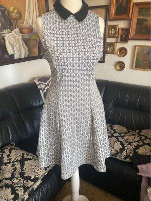 Niedliches Kleid mit Bubikragen