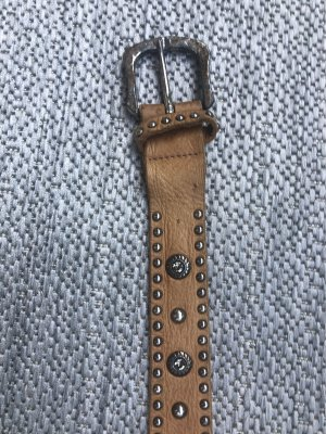 B Belt Cintura borchiata color cammello