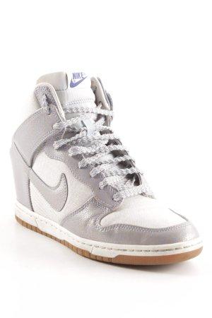 Nike Absatz Sneaker silberfarben-blasslila grafisches Muster sportlicher Stil