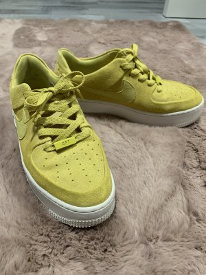 NIKE Air Force Gelb plateau