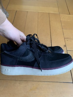 Nike Air Force in schwarz mit beiger Sohle