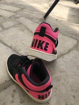 Nike Lace-Up Sneaker black-neon pink
