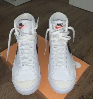 Nike blazer mid 77 .
