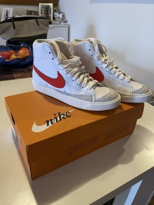 Nike-Blazer Mid 77 Sneaker in Weiß & Rot