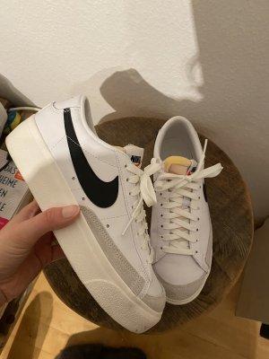 Nike Blazer mit Plateau, in weiß schwarz, Größe 40
