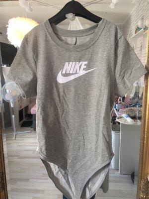 Nike Body in grau und mit weißen Streifen an den Seiten im M