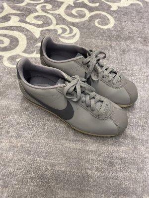 Nike Cortez in Grau