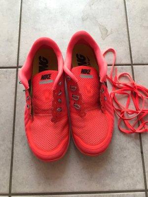 Nike Basket à lacet rose fluo-saumon