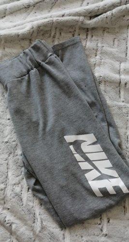Nike Hose mit weißer Aufschrift