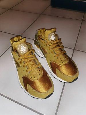 Nike Huarache in gold