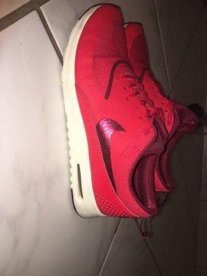 Nike in Rot