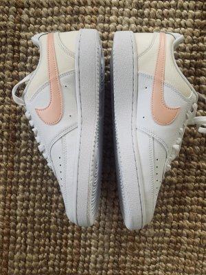 Nike in weiß Aprikose