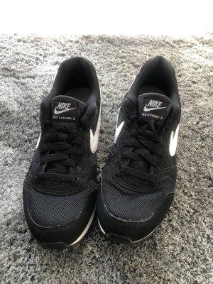Nike MD Runner 2 Damen 37,5 schwarz/weiß Turnschuhe Laufschuhe