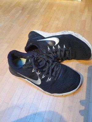 Nike Metcon 4 in schwarz-weiß, Gr. 37,5