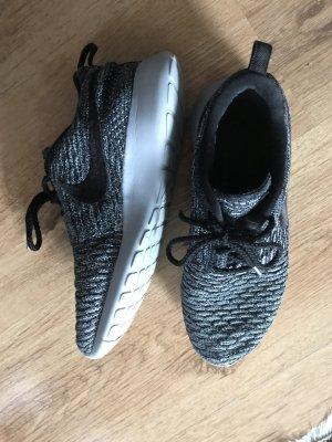 Nike Roshe run flyknit grau/ weiß