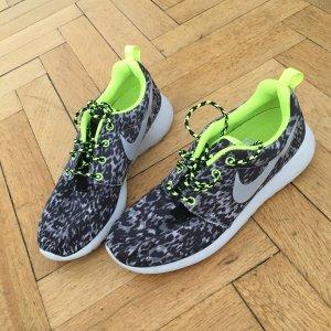 NIKE Roshe Run Leopard Print Running Sneakers, Grau, Neongrün, Größe 38