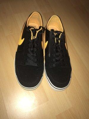 Nike Lace-Up Sneaker black-yellow