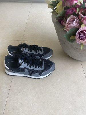 Nike Schuhe sneaker Turnschuhe EUR 41 schwarz weiß grau