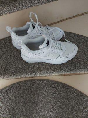 Nike Sneaker 38,5 komplett weiß