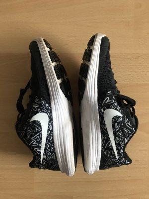 Nike Sneaker 38,5 Schwarz Weiß mit Herzen
