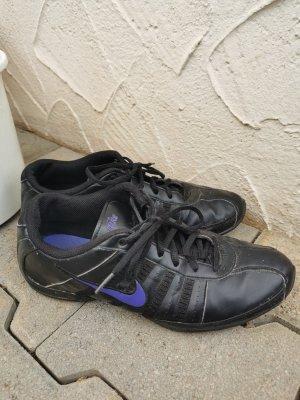 Nike Sneaker in schwarz mit lila Nike Zeichen